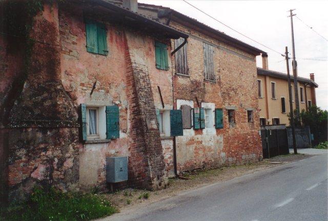Un antico edificio del Borgo Valentini.