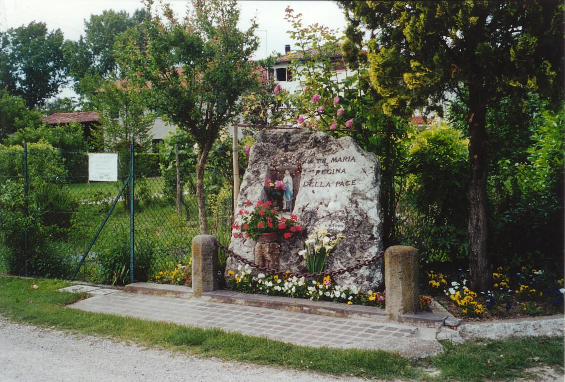 Il capitello dedicato a Maria Regina della Pace (Madonna d'Europa) e San Pio X, inaugurato nel 1990.