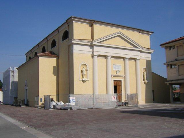 La chiesa con i cantieri. I lavori all'esterno sono terminati e quella che vedete è la facciata nella veste definitiva