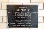 """Iscrizione riguardante la Chiesa Cattolica """"San Pio X"""" di Dernancourt, Adelaide, Sud AustraliaCatholic Church """"Saint Pius X"""" in Dernancourt, Adelaide, South Australia"""
