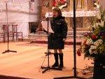 Al termine dell'esibizione, viene letta una poesia natalizia