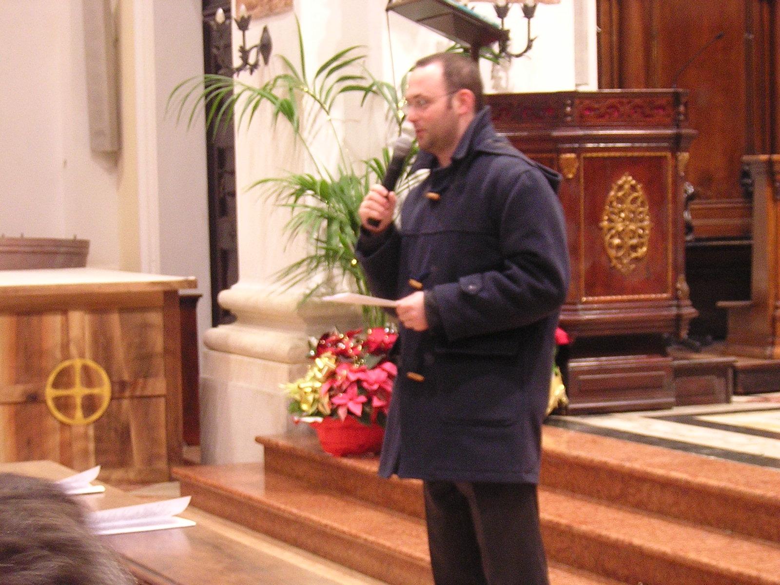 Il cappellano Don Giancarlo saluta il pubblico