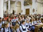 La chiesa gremita di coristi e pubblico. In primo piano il Coro Magiche Note.