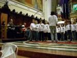 Il Coro dei Piccoli di Salzano, con a sinistra il nutrito gruppo di musicisti (alcuni nascosti)
