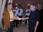 Il prof. Quirino Bortolato consegna al parroco di Tombolo in segno di amicizia la biografia di San Pio X scritta dal prof. Bacchion.