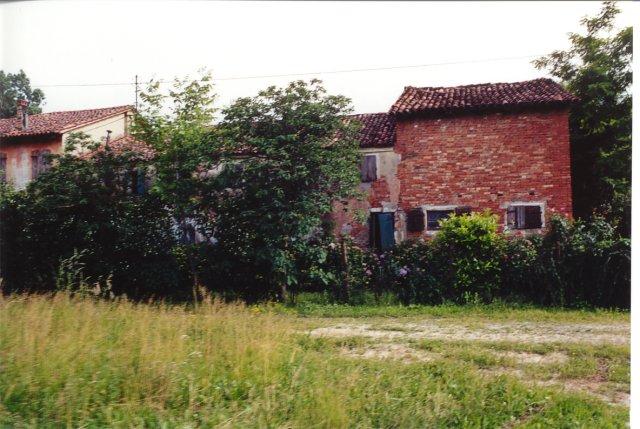 Una vecchia casa contadina in via Frusta.