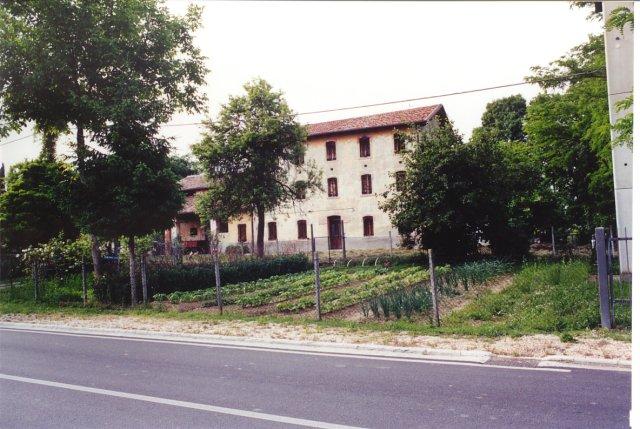 Una grande casa colonica nei pressi del capitello di via Frusta.