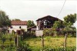 """Una vecchia casa contadina con il caratteristico """"barco"""", una costruzione tutta in legno che ospitava i mezzi agricoli, il fieno e gli animali da cortile."""