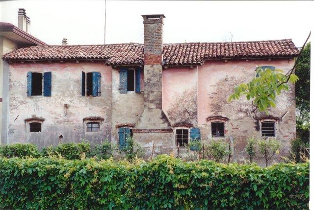 Un'altra vecchia casa rustica. È molto importante salvare questi straordinari edifici che conservano la tradizione contadina locale.