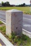 Due cippi, all'inizio e alla fine di via Frusta, riportano le indicazioni stradali delle località circostanti.