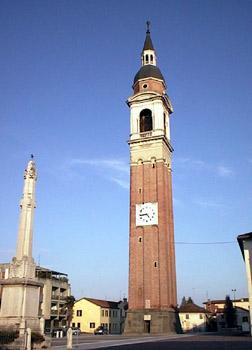 Il campanile. Con la sua altezza di 67 metri è il terzo del Veneto. La sua costruzione iniziò nel 1712 ed ebbe termine nel 1880.