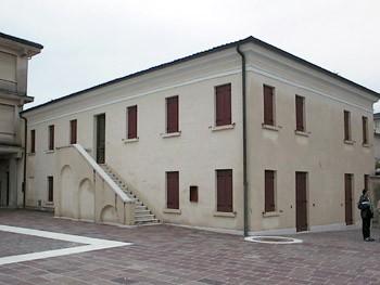 La Casa della Comunità. La scala esterna rivolta verso la piazza introduce alla grande sala adibita a mostre e concerti.
