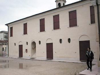 La Casa della Comunità. L'antico edificio, già barchessa della villa Combi, ora Casa Canonica, è stato restaurato nel 1996, valorizzando le strutture originarie.