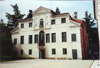 La Casa Canonica. Villa Combi è divenuta Casa Canonica alla fine dell'Ottocento, dopo l'abbattimento della vecchia Canonica che ospitò anche Giuseppe Sarto durante il periodo in cui fu parroco di Salzano dal 1867 al 1875.