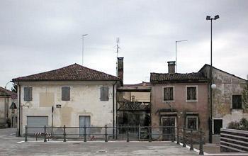 """Antiche case intorno alla piazza. Esse si trovano all'inizio della strada che conduceva al vecchio """"Ospitale Massa Poveri""""."""
