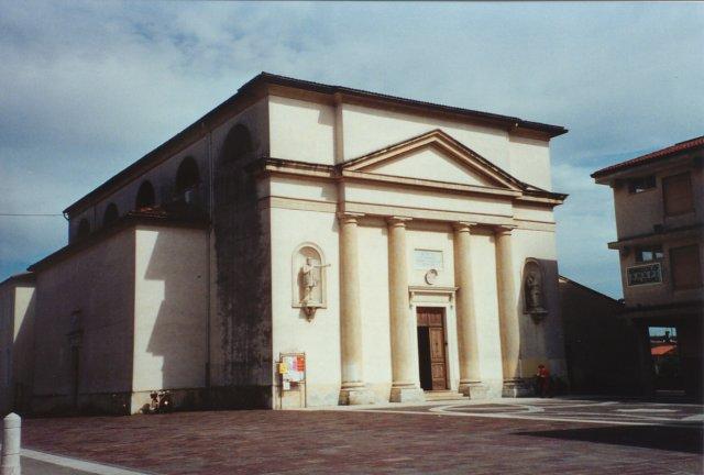 La chiesa parrocchiale. Sul frontale le statue di S. Bartolomeo (a destra) e S. Giovanni Battista.