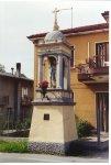 """Capitello della Madonna della Salute (1906). Situato in via Roma, a metà strada tra la piazza e la villa Romanin-Jacur, esso costituiva, insieme al """"Capitello Lungo"""", uno dei due punti terminali delle antiche processioni religiose."""