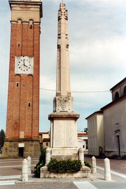 Il monumento ai caduti (con il nostro museo in fondo a destra). Il monumento è stato inaugurato nel novembre 1921 per commemorare gli oltre cento caduti salzanesi nella Grande Guerra. Successivamente sul lato sud sono stati riportati i nominativi dei caduti nella Seconda Guerra Mondiale.