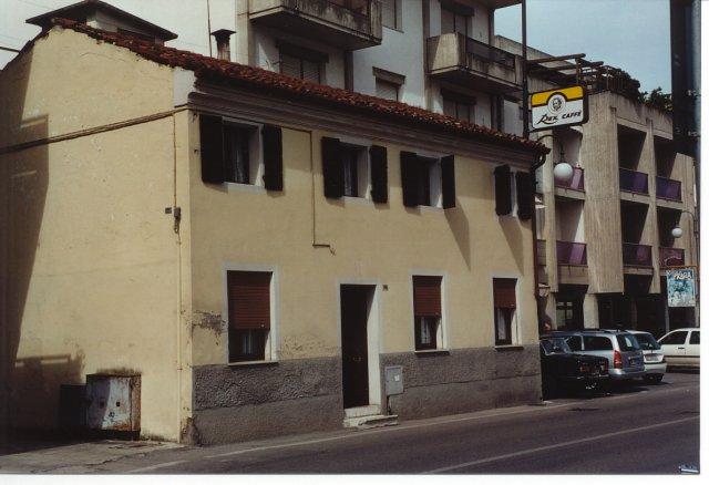 Antiche case intorno alla piazza. Questa è l'unica casa rimasta di una lunga fila di vecchie case, una villa seicentesca e un asilo settecentesco, abbattuti alla fine degli anni Settanta per far posto ad enormi (e invadenti) palazzoni moderni.