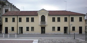 Antico municipio ottocentesco (lato nord della piazza). Municipio durante il periodo austriaco e dopo l'unità d'Italia, fu abbandonato nel 1934, in seguito alla costruzione della nuova sede comunale nell'attuale piazza Aldo Moro.