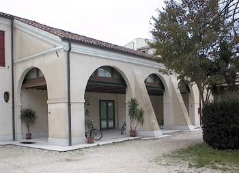 """La Casa della Comunità. Sopra il porticato con la grande sala riunioni si trova l'Archivio storico parrocchiale """"Giuliano Furlanetto""""."""