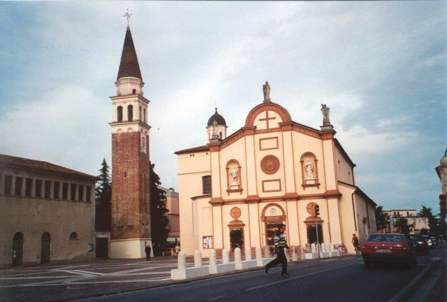 La piazza di Robegano con la chiesa, il campanile e il vecchio patronato.