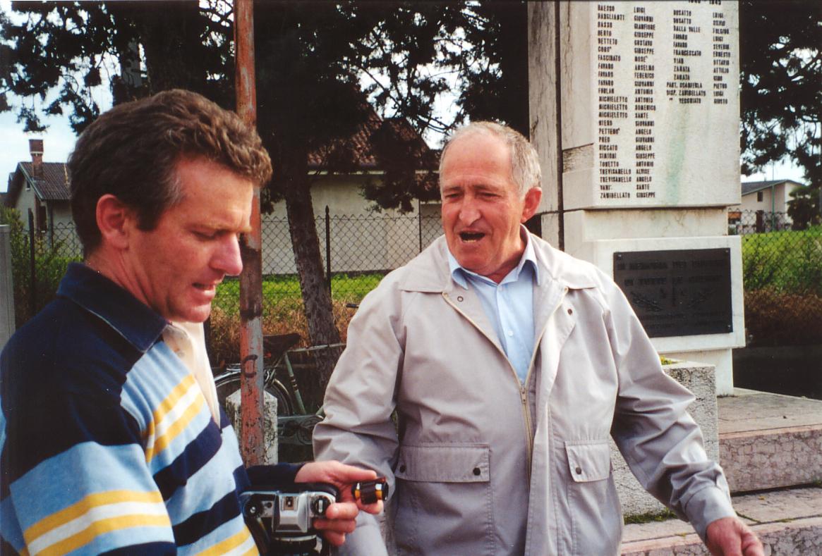 """Il dott. Fabrizio Masiero (a sinistra) e un Robeganese mentre chiacchierano sulla storia di Robegano, in una """"pausa tecnica"""" tra una foto e l'altra."""