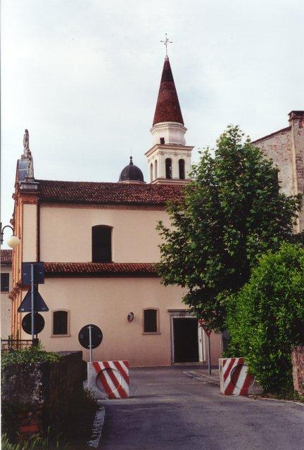 La chiesa-santuario della Madonna delle Grazie di Robegano. La chiesa divenne santuario in seguito a un miracolo avvenuto in paese nel 1534.