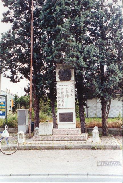 Il monumento ai caduti di fronte alla chiesa.