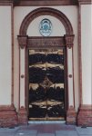 Il nuovo portale d'ingresso alla chiesa, opera di Mario Maccatrozzo, inaugurato l'8 dicembre 2000.