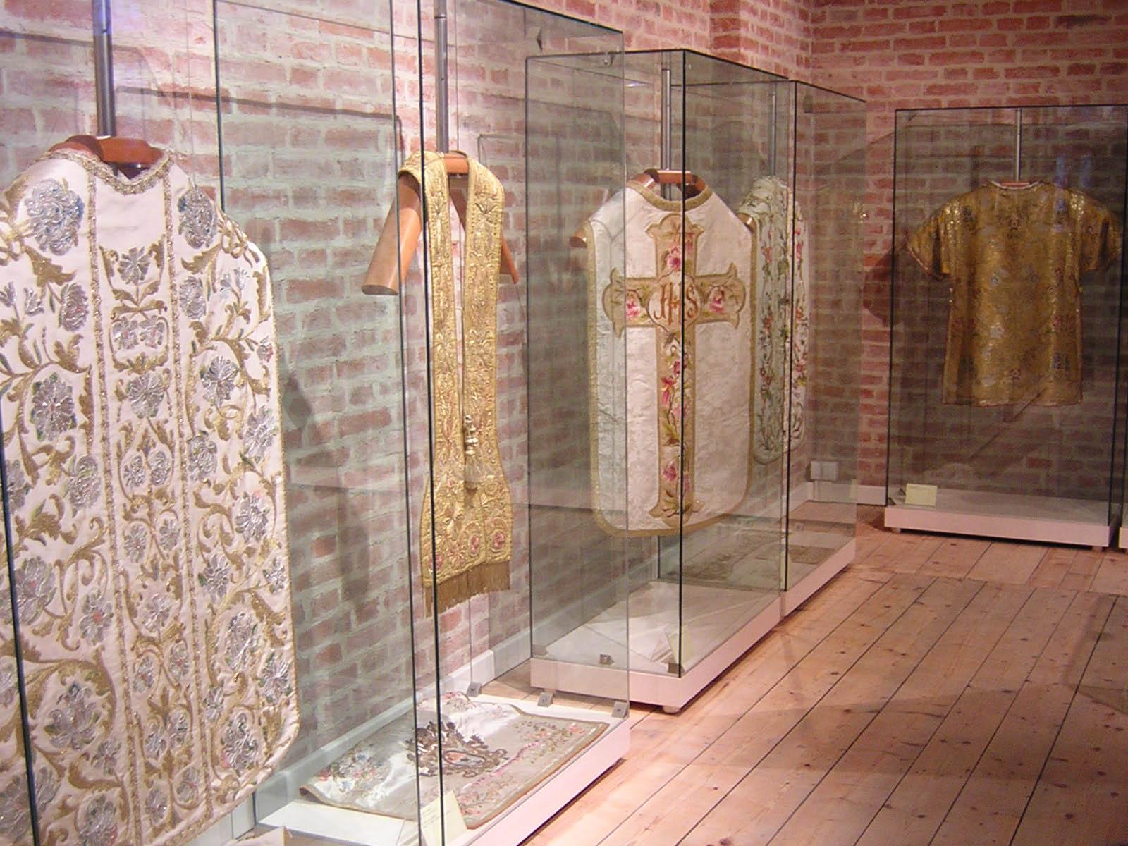 Alcune delle vesti sacre ospitate al secondo piano. E' possibile leggere la scheda della stola nella seconda bacheca da sinistra.