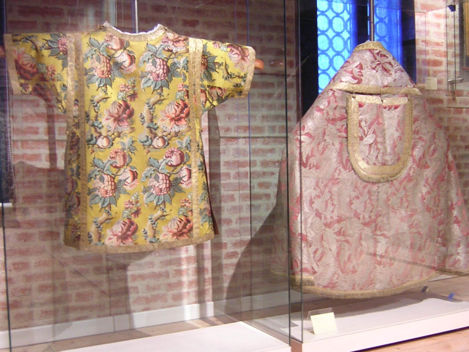 Da sinistra: una tunicella e un piviale. Qui è possibile leggere la scheda della tunicella.