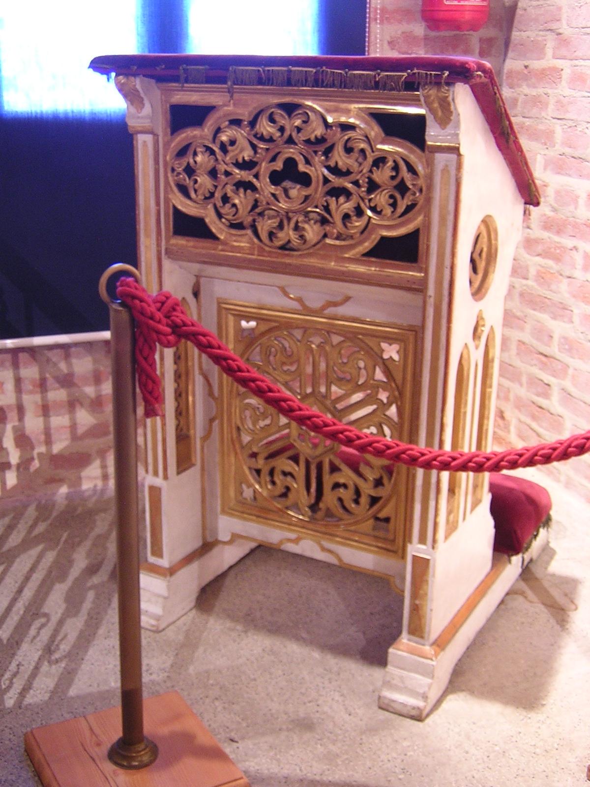 L'inginocchiatoio utilizzato dal cardinale Sarto. Qui è possibile leggere la sua scheda.