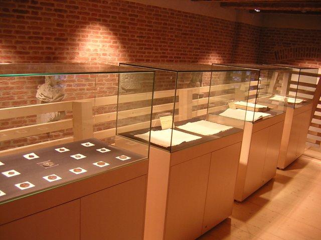 Una vista del soppalco. Da sinistra: delle medagliette raffiguranti San Pio X e dei registri e documenti redatti da don Giuseppe Sarto