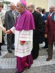 Il Vescovo, all'uscita dalla chiesa, viene accolto dai Salzanesi, accompagnato dal parroco mons. Giuseppe Verdanega