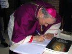 Il Vescovo firma il libro degli ospiti del museo
